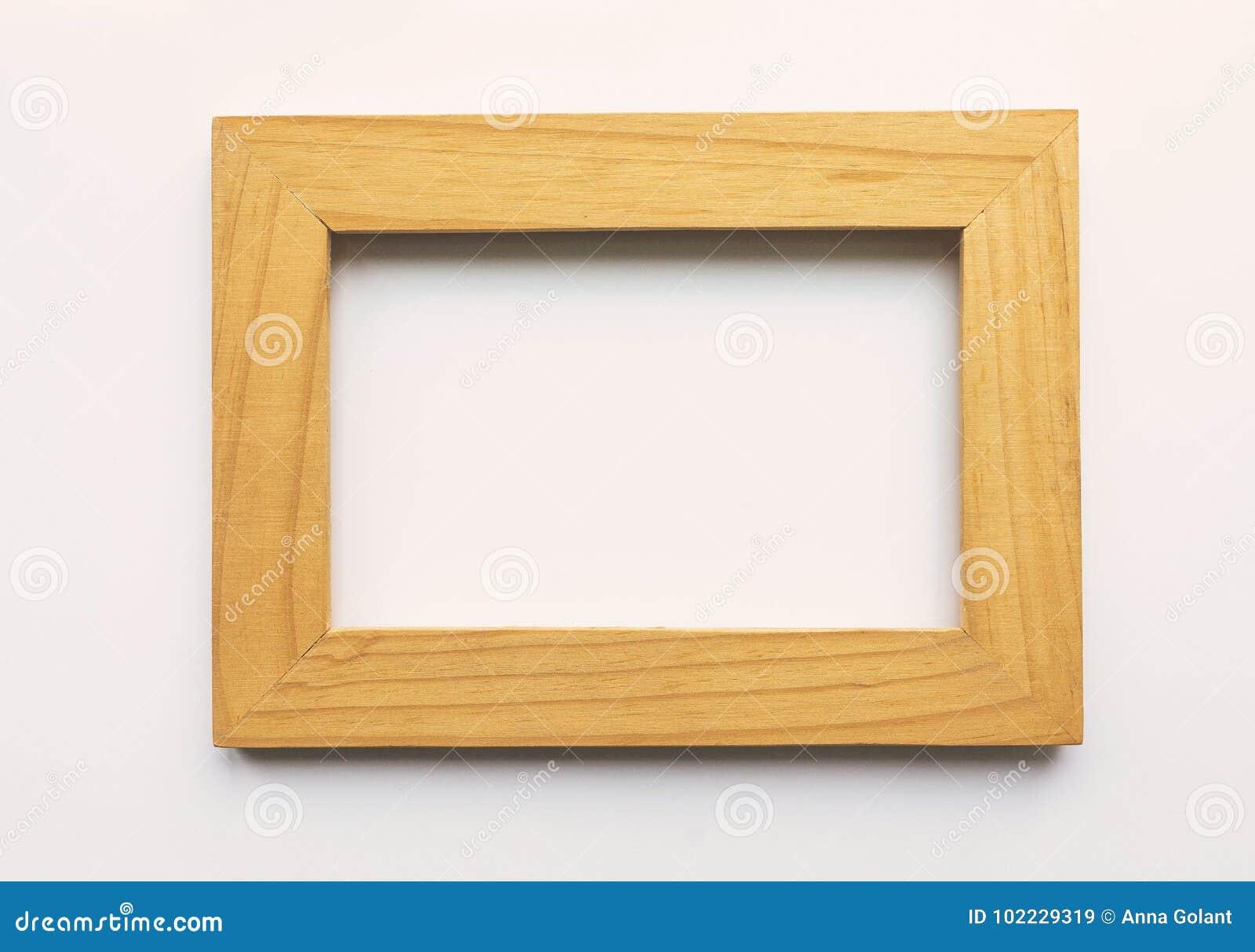 Hölzerner rechteckiger Fotorahmen auf weißem Hintergrund Nahaufnahme Beschneidungspfad eingeschlossen Niemand, leer