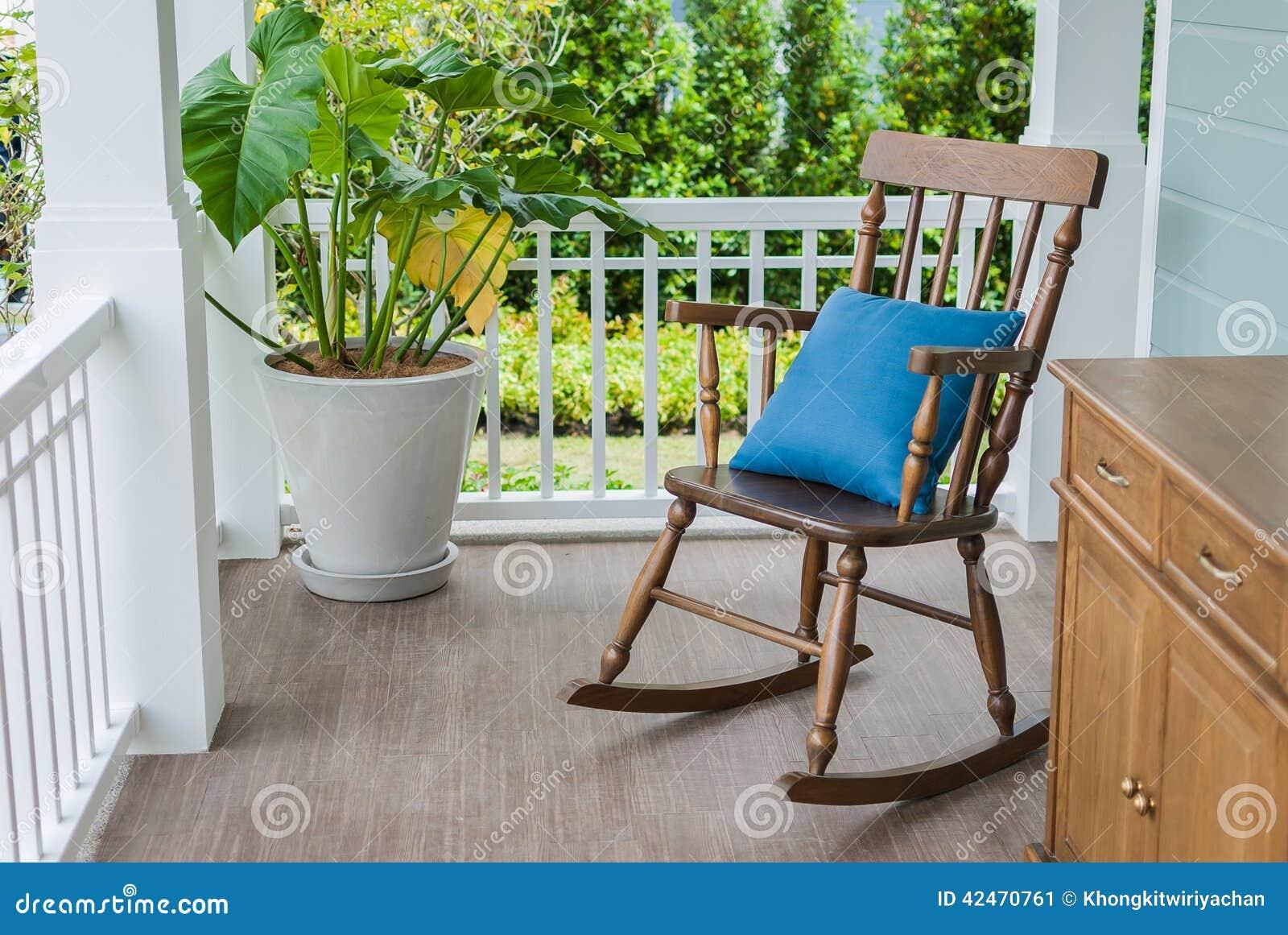 Hölzerner Schaukelstuhl auf Eingangsterrasse