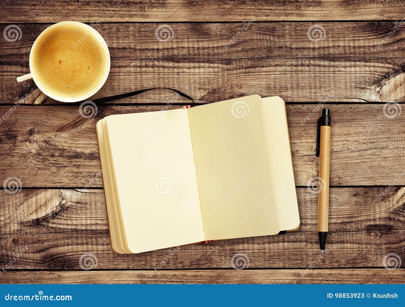 Hölzerner Schreibtisch Mit Notizblock, Stift, Tasse Kaffee Und ...