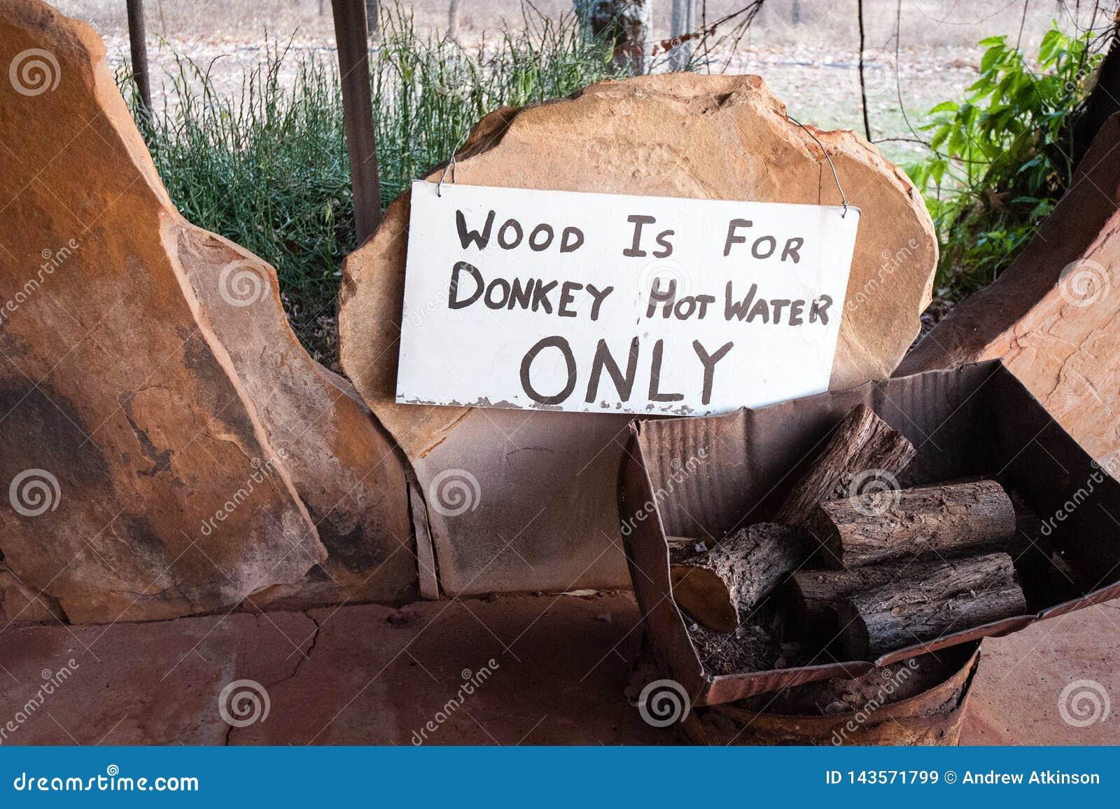 Hölzerner Stapel beschriftet für Gebrauch im Heißwassersystem des Esels