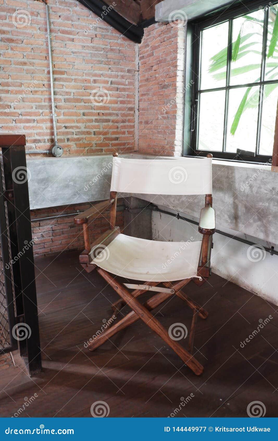 H?lzerner Stuhl mit Gewebeblatt im Dachbodenhaus