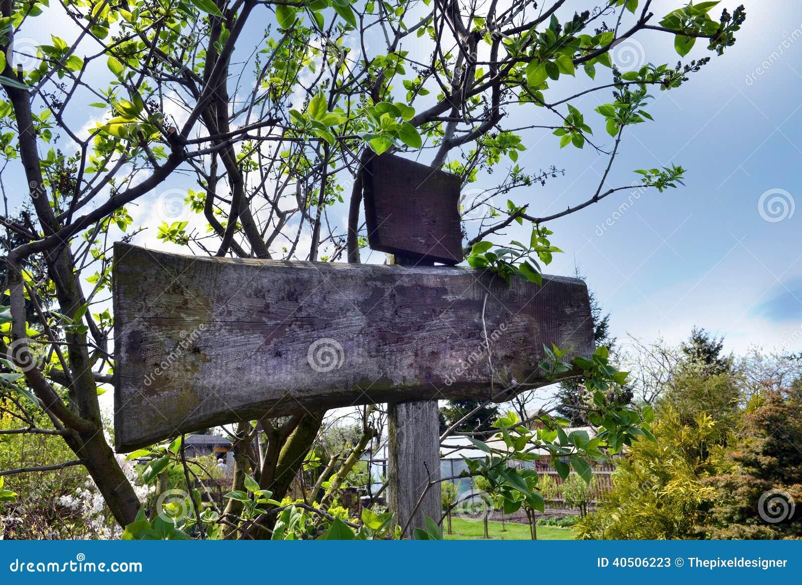 Holzerner Wegweiser Im Garten Fugen Hinzu Stockbild Bild Von