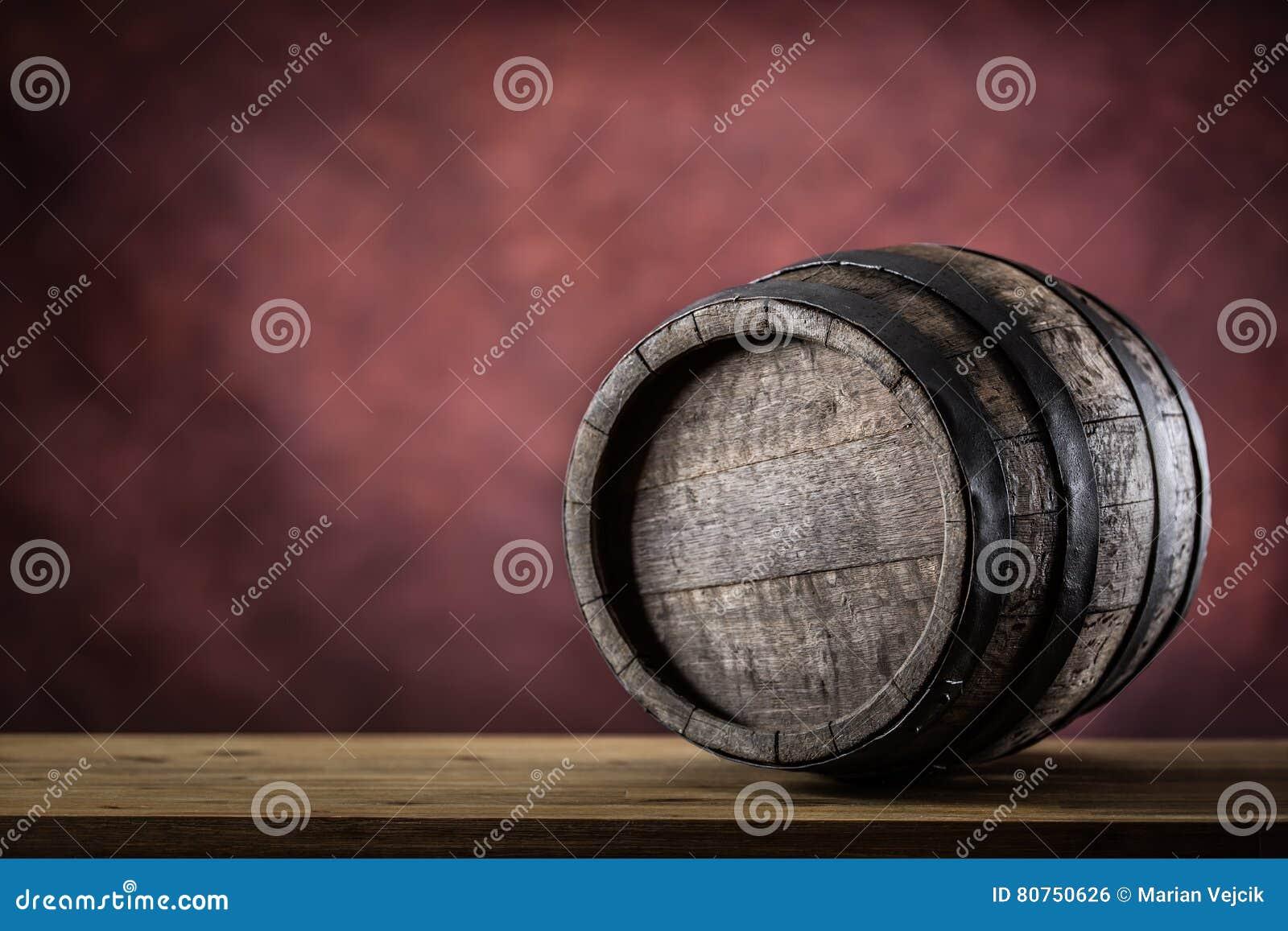 Hölzernes barel Altes hölzernes Faß Barel auf Bierrebwhiskyweinbrandrum oder -kognak