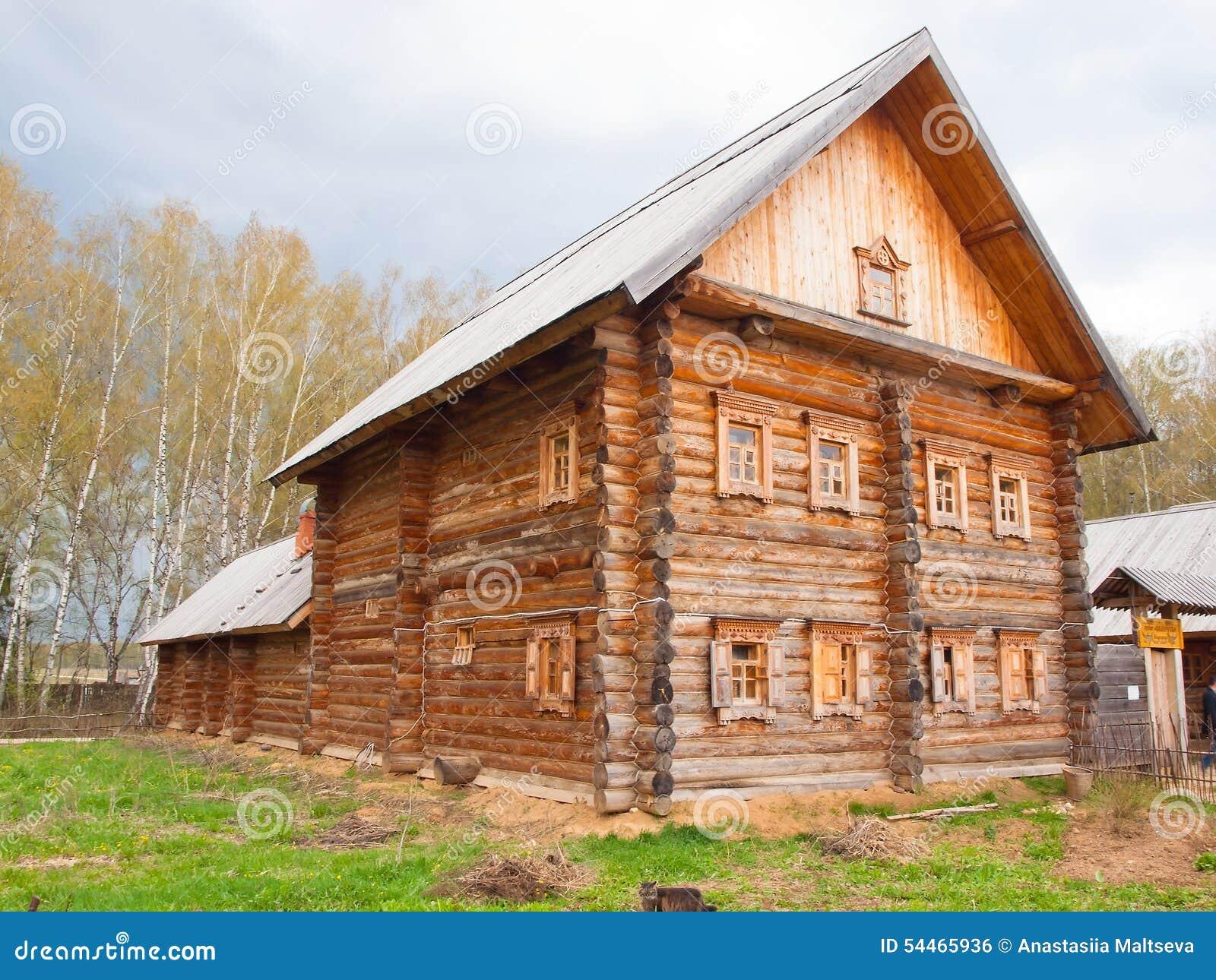 Russische Blockhäuser hölzernes blockhaus im russischen dorf im mittleren russland