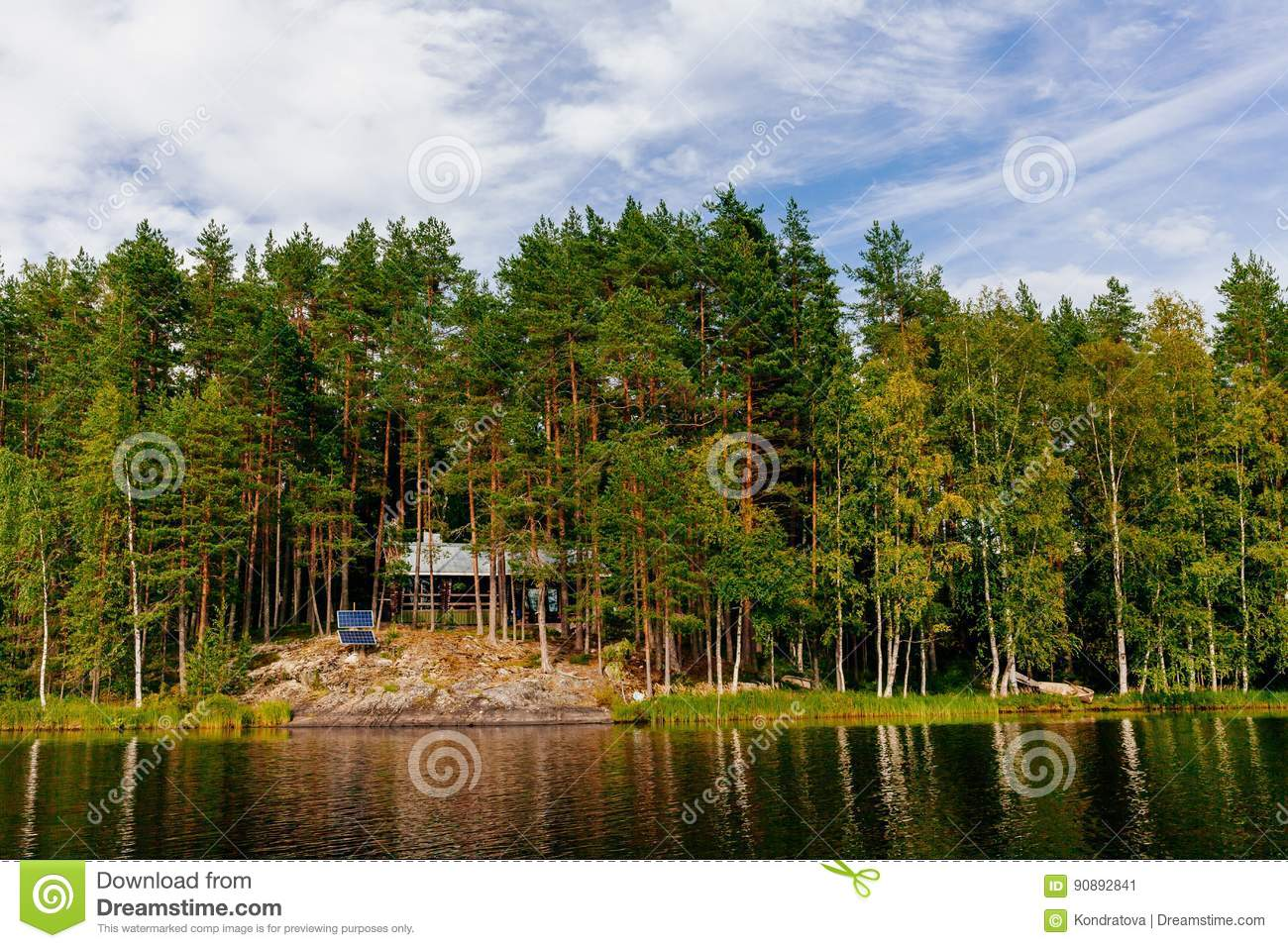 h lzernes blockhaus am see im sommer in finnland stockbild. Black Bedroom Furniture Sets. Home Design Ideas