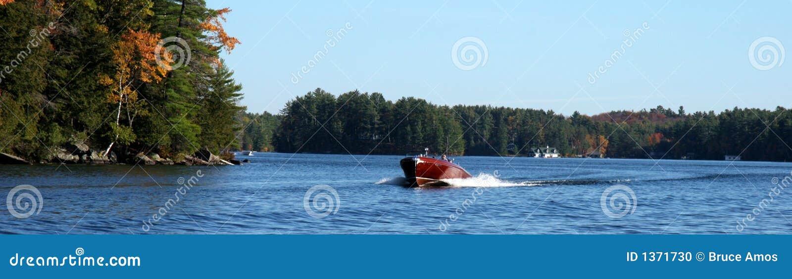 Hölzernes Boot auf einem See