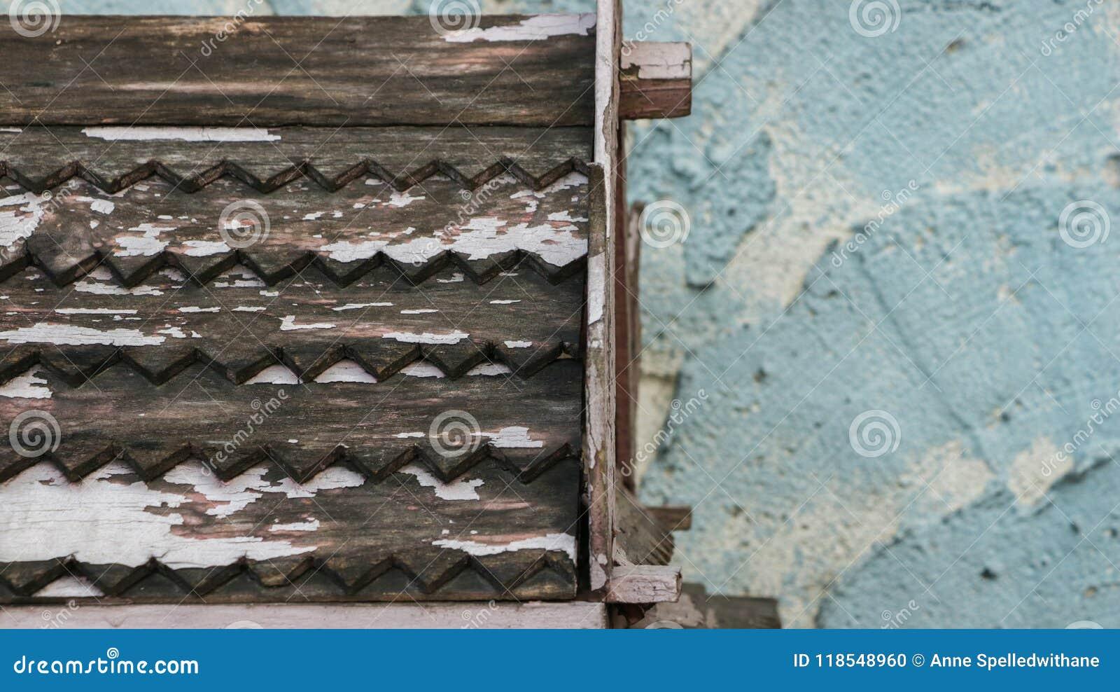 Hölzernes Dach-Muster mit der Schale der weißen Farbe auf rauem gemaltem Te