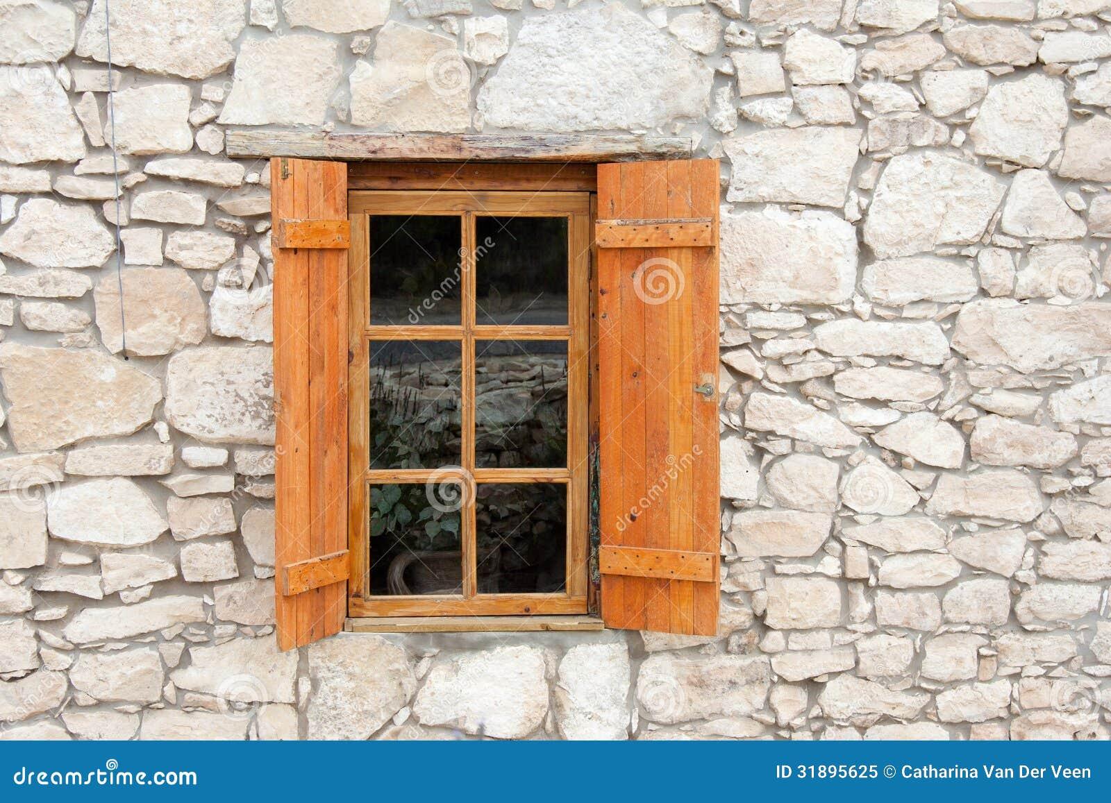 h lzernes fenster und fensterl den in der steinwand lizenzfreies stockfoto bild 31895625. Black Bedroom Furniture Sets. Home Design Ideas