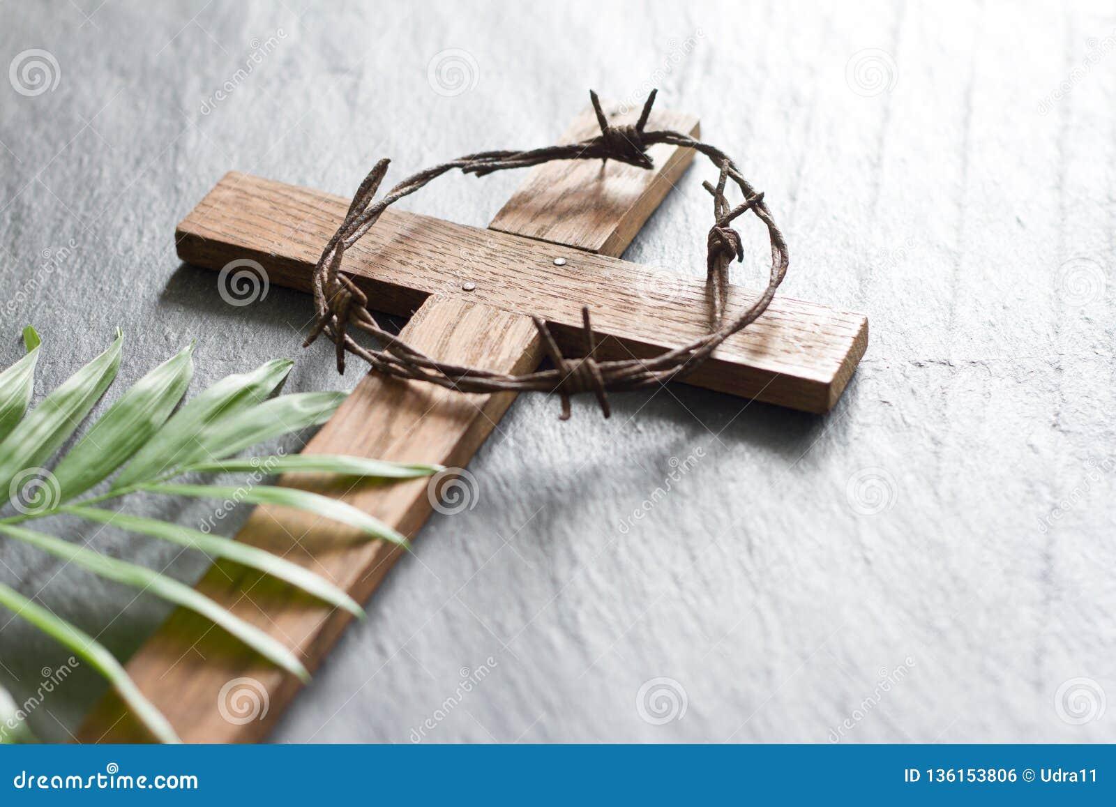 Hölzernes Kreuz Ostern auf schwarzem Marmorhintergrundreligionszusammenfassungs-Palmsonntags-Konzept