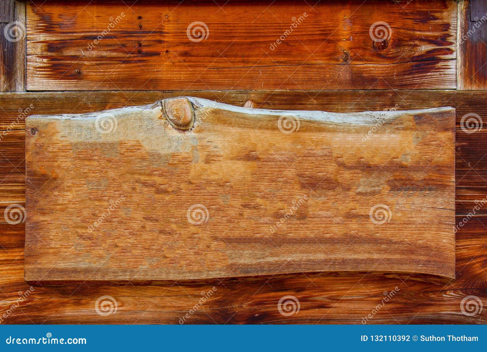 Hölzernes Schild mit dem Hängen an den Planken