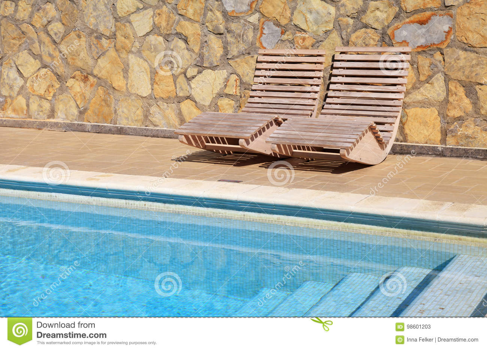 hölzernes sonnenbett auf terrasse stockbild - bild von wagen