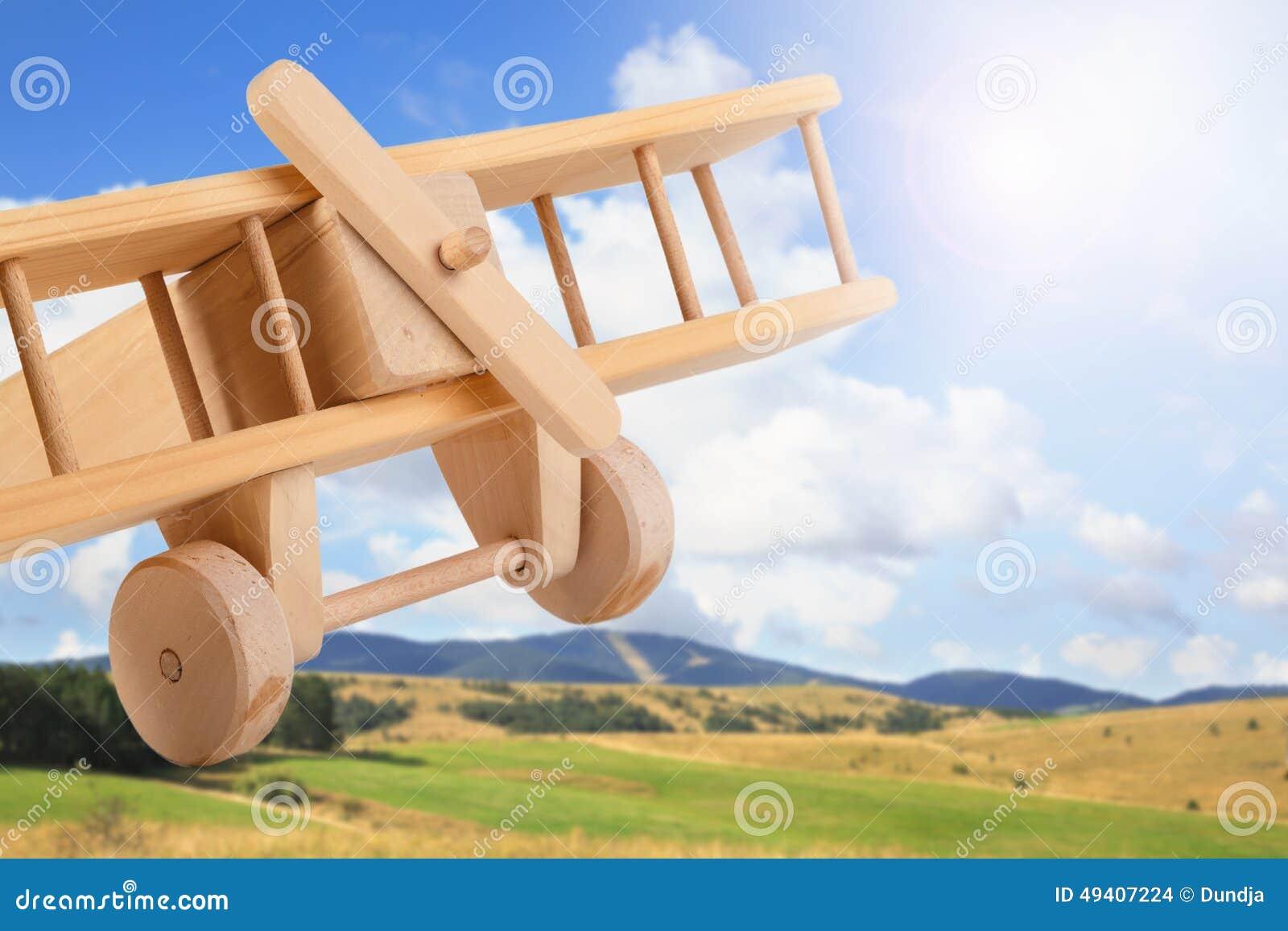 Download Hölzernes Spielzeugflugzeug Stockfoto - Bild von grün, feiertag: 49407224