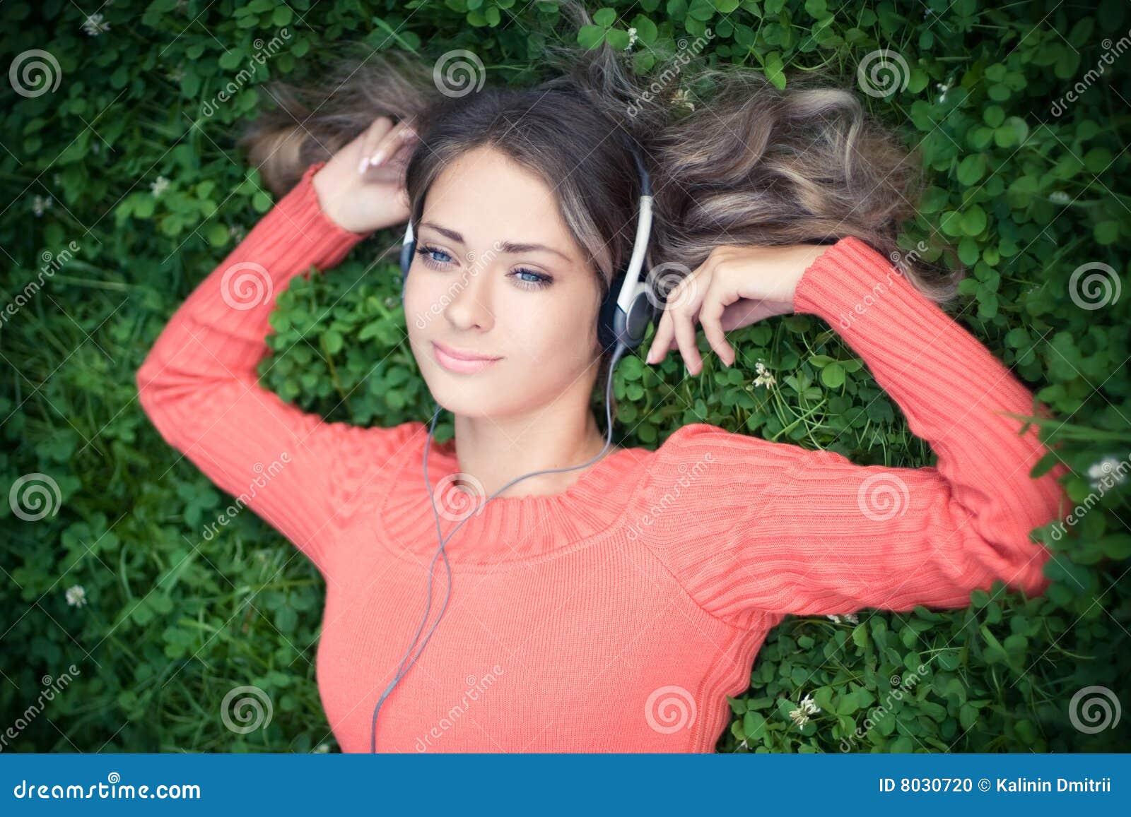 Hörende Musik der jungen Frau