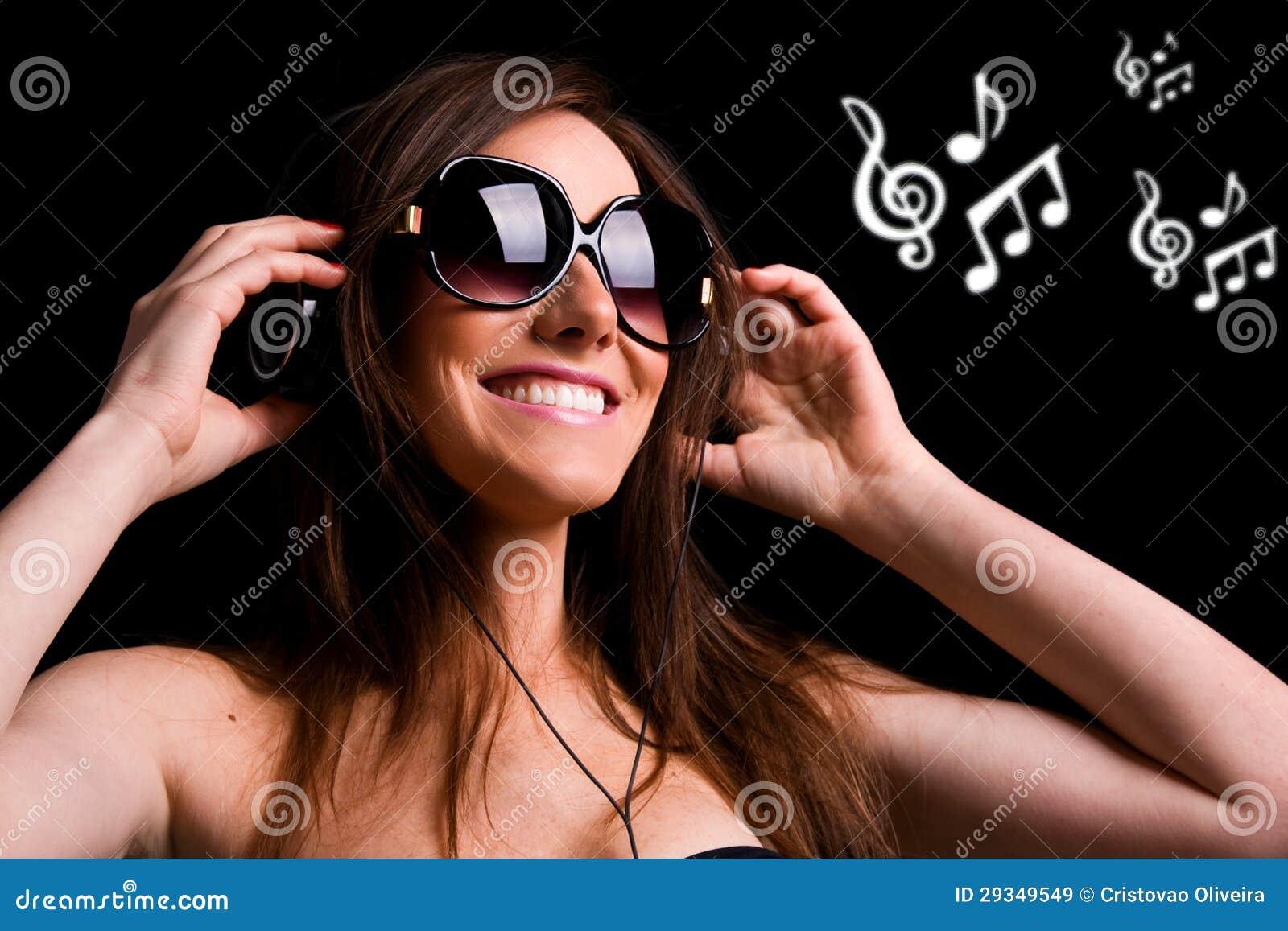 Hörende Musik des glücklichen Mädchens