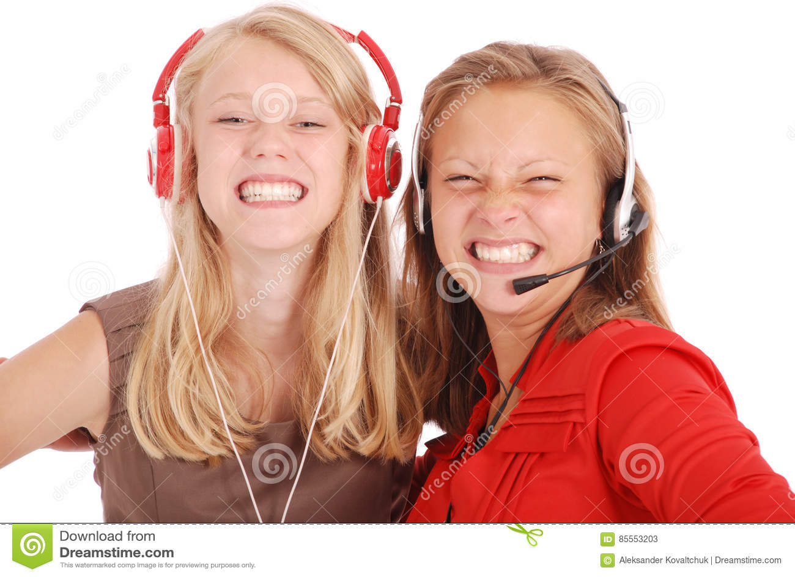 Hörende Musik von zwei hübschen Jugendlichen auf ihren Kopfhörern