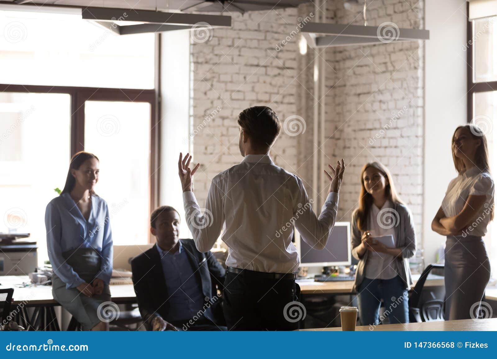 Hörender Teamleiter der verschiedenen Angestellten während der Anweisung