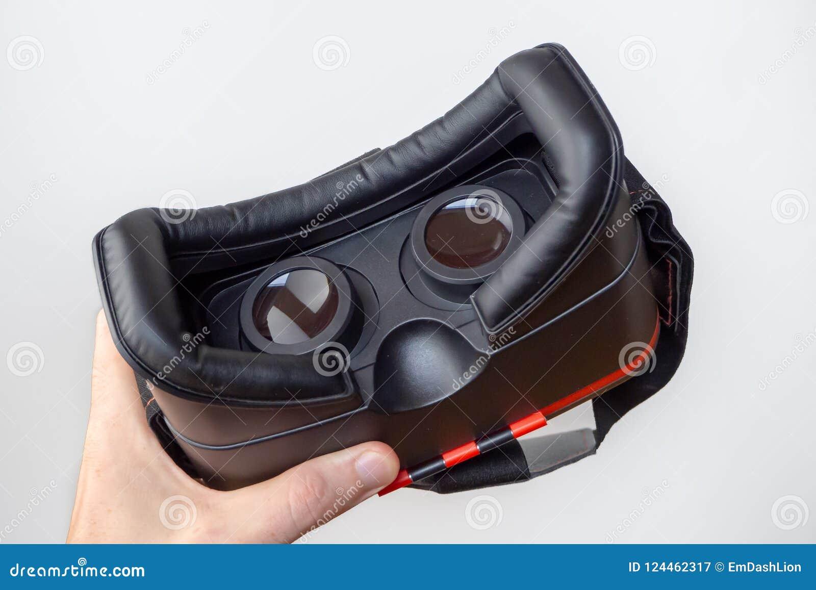 Hörlurar med mikrofon för virtuell verklighet 3D i en hand med en vit bakgrund