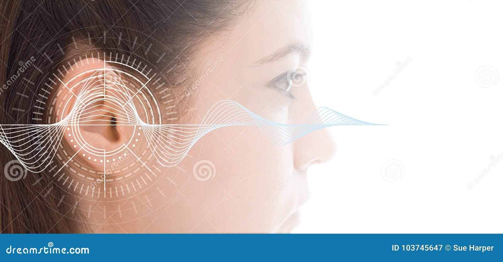 Hörtest, der Ohr der jungen Frau mit Schallwellesimulationstechnik zeigt