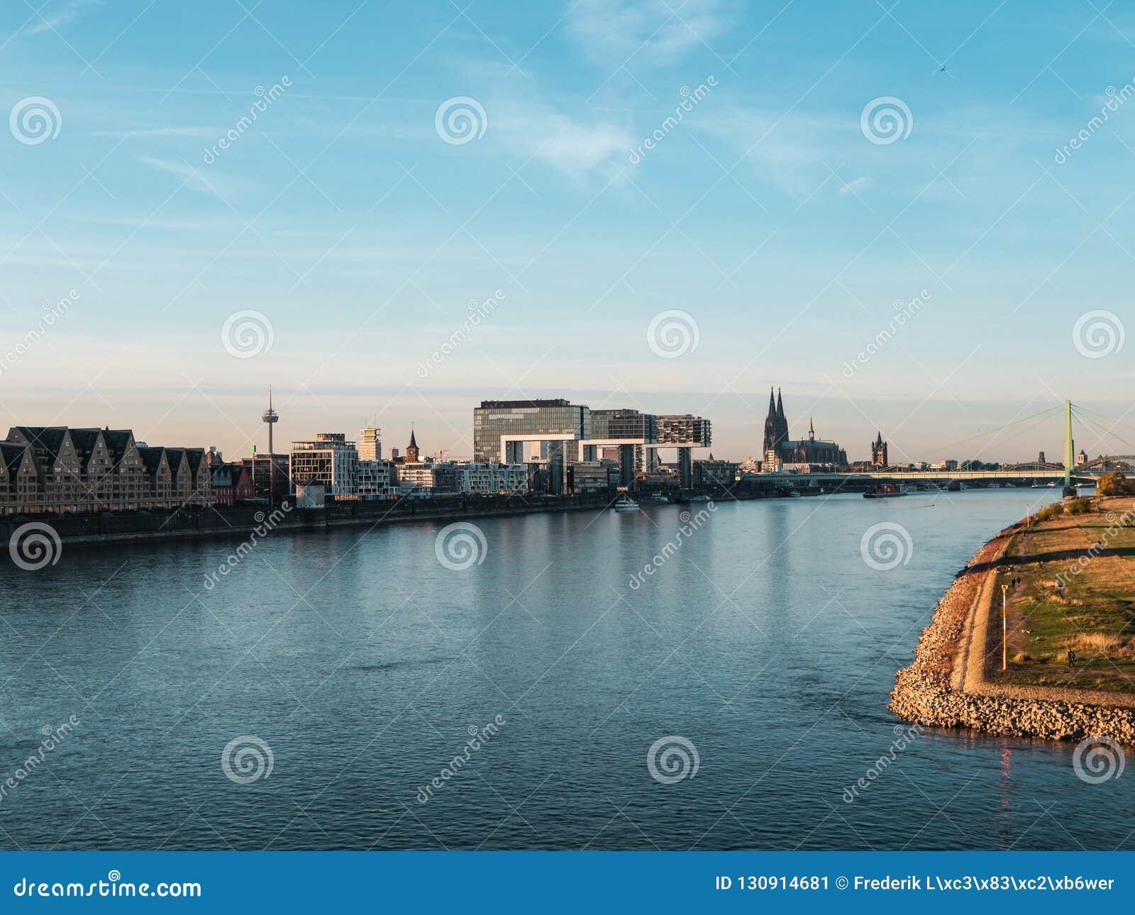 Höst i Cologne: Cityscape av Cologne, Tyskland med domkyrkan