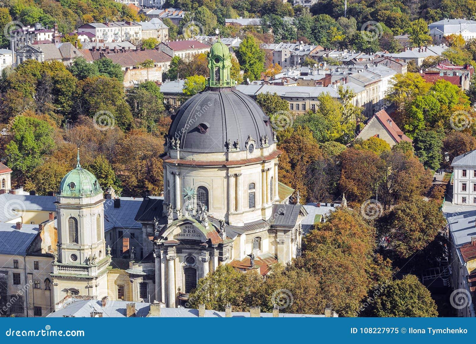 Höstcityscape med dominikankyrkan, Lviv, Ukraina