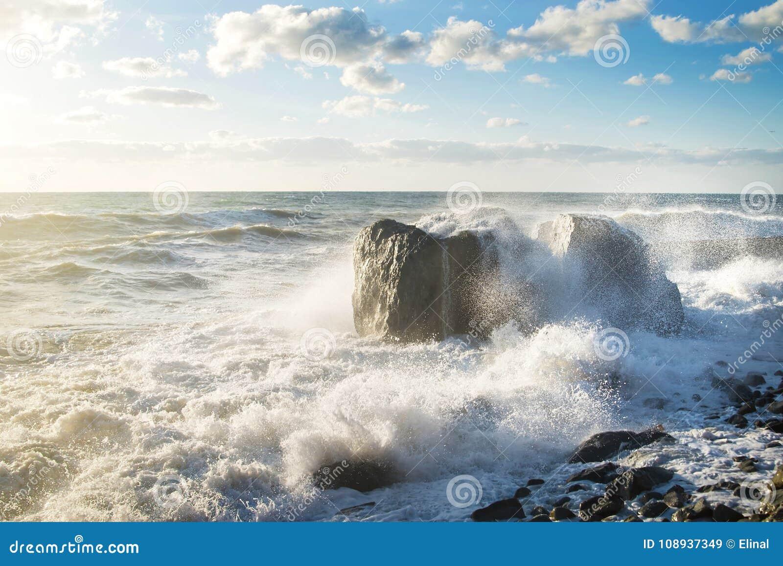Hösten beams stormen för havet för svarta oklarheter den sol- crimea Sprej färgstänk, plaskar, vaggar och solljus