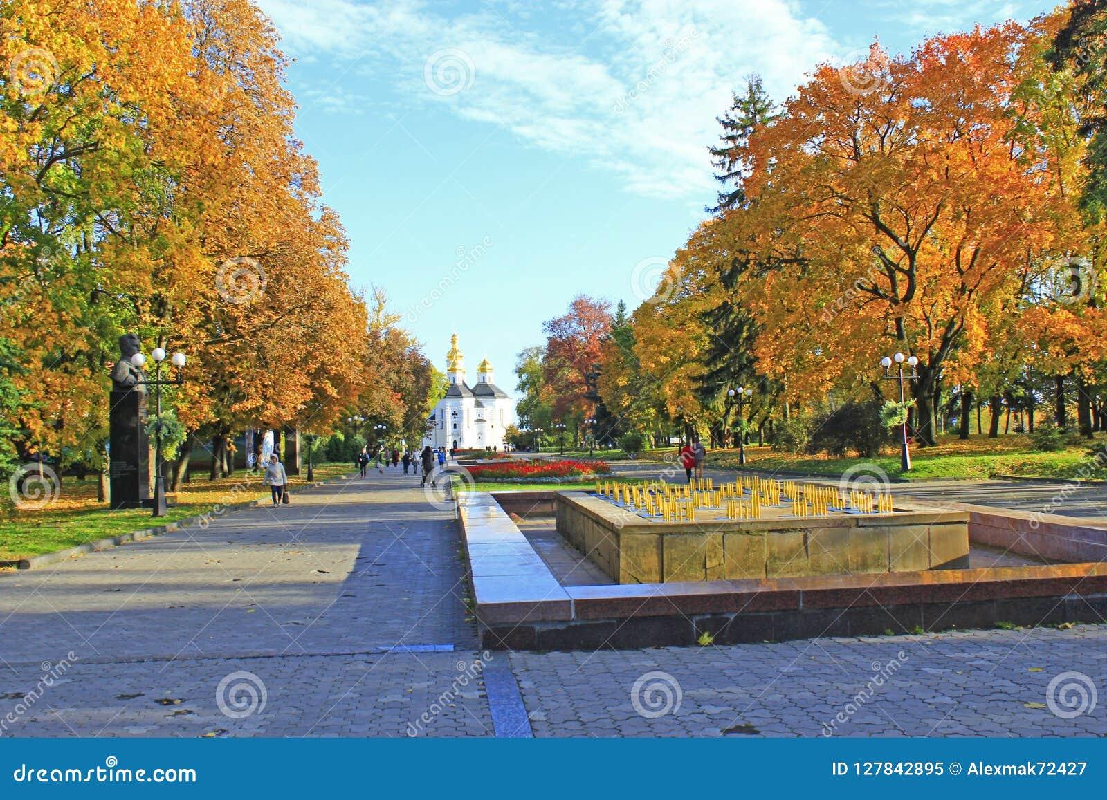Hösten i stad parkerar Gula träd i stad i nedgång Folket går i höst parkerar