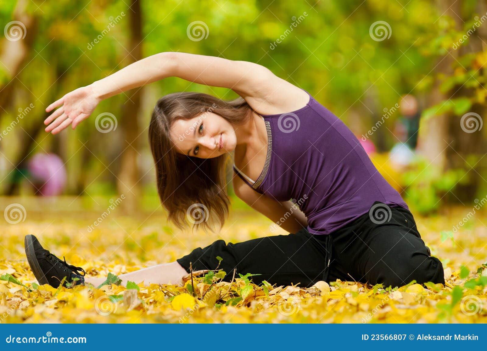 Hösten som gör övningar, parkerar kvinnayoga