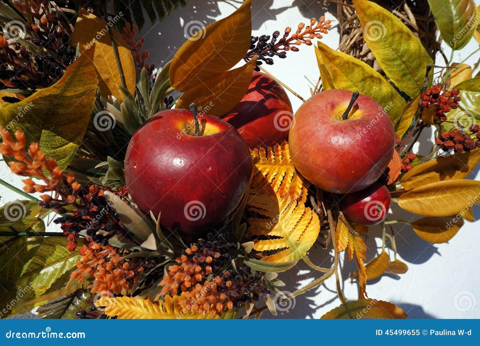 Höstgarnering, krans, färgglade sidor, apelsin och guling, äpplen