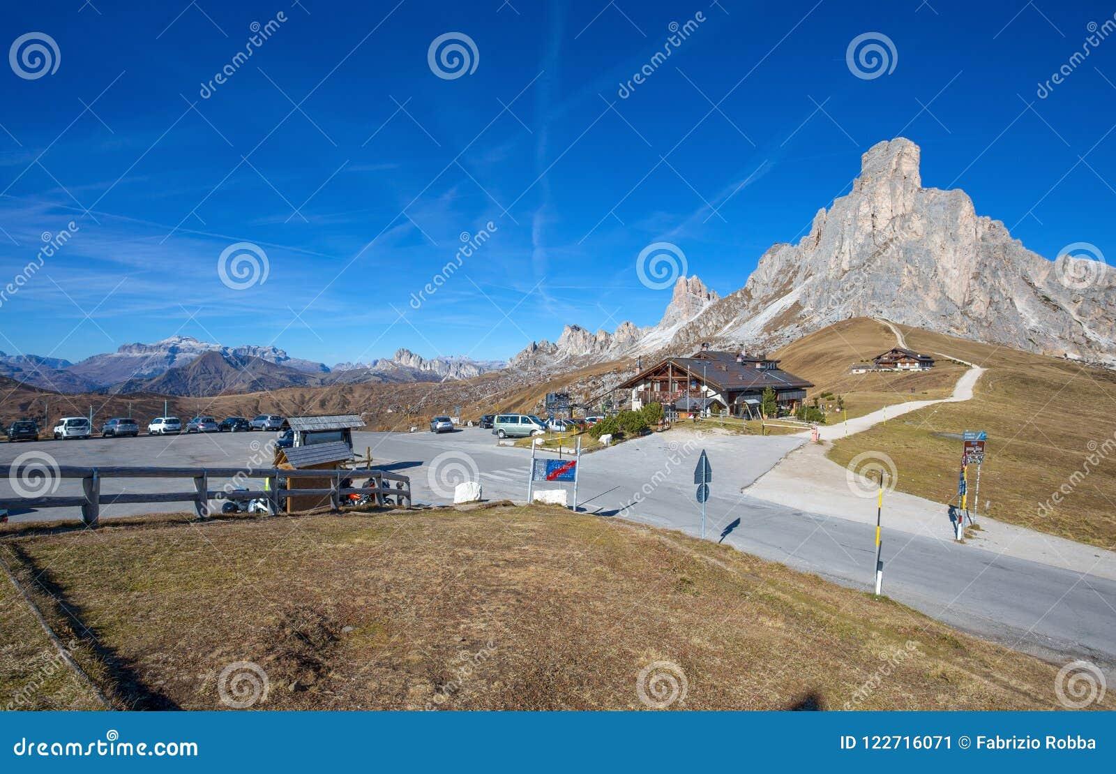 Höstlandskapet på det Giau passerandet med berömda Ra Gusela, Nuvolau når en höjdpunkt i bakgrund, Dolomites, Italien,