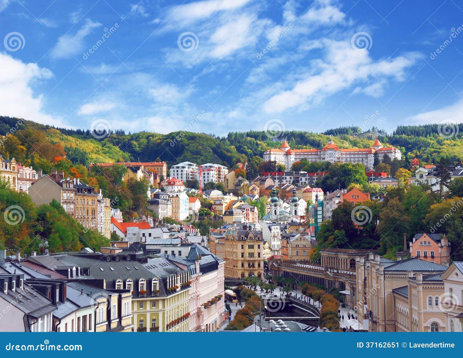 Höstsikten av Karlovy varierar (Karlsbad)