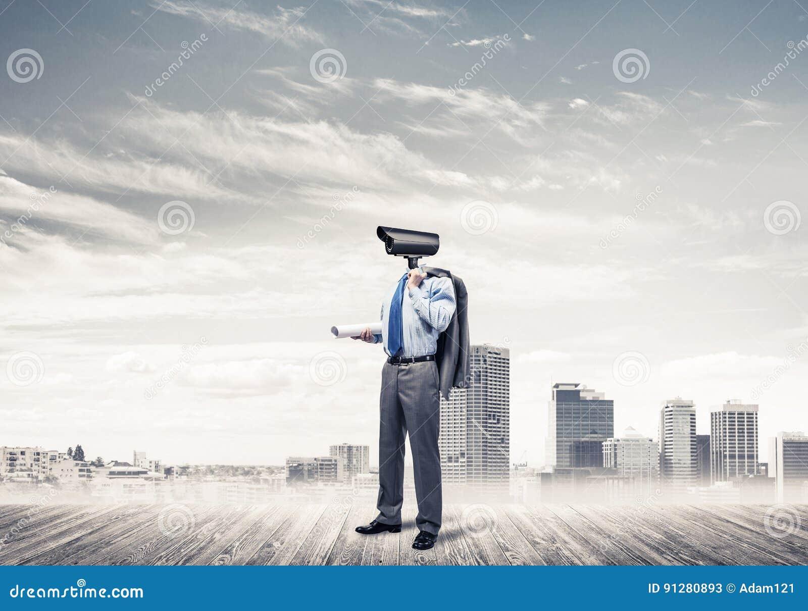 Hövdat mananseende för kamera på trägolv mot modern citysc