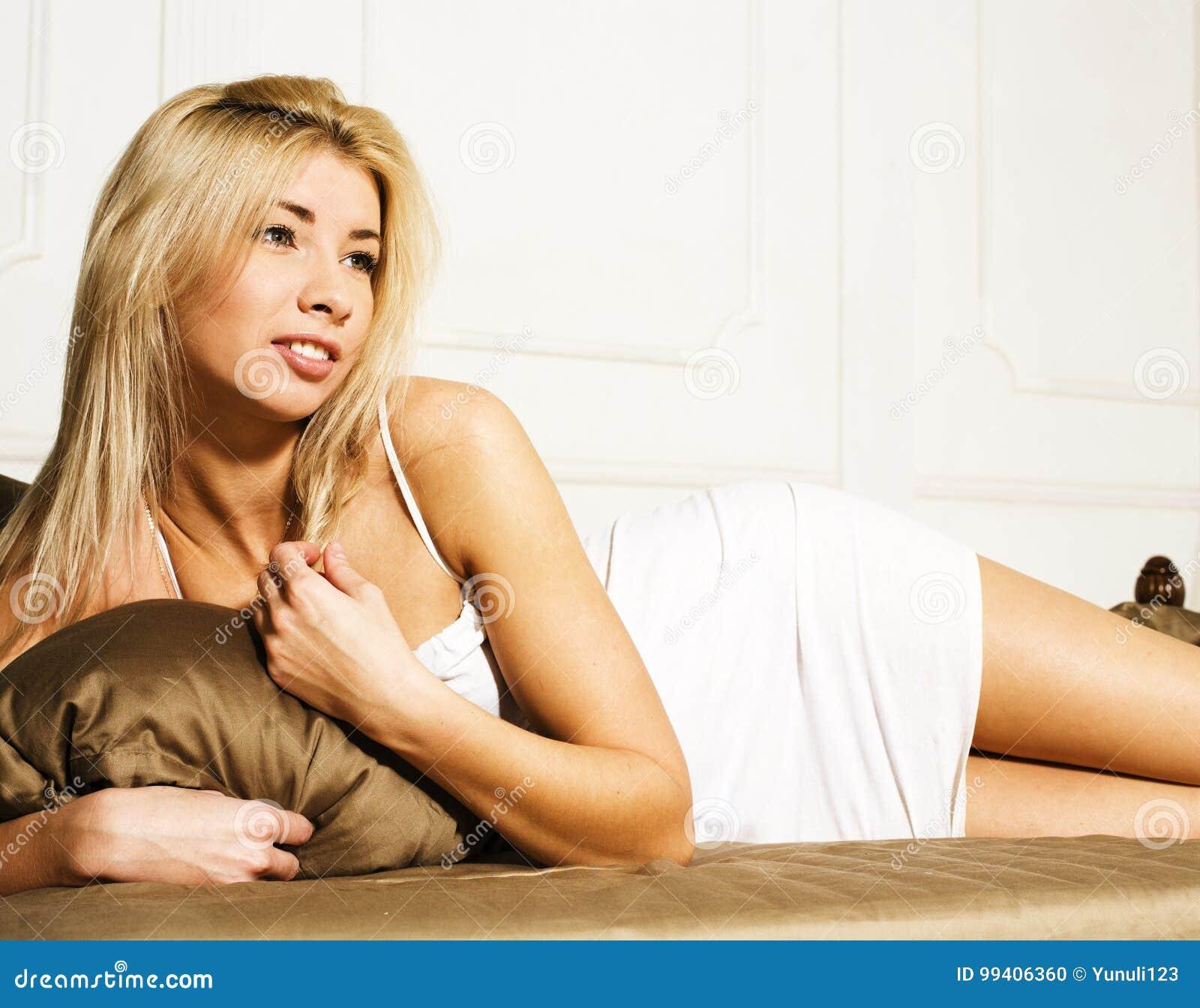 blondine im bett