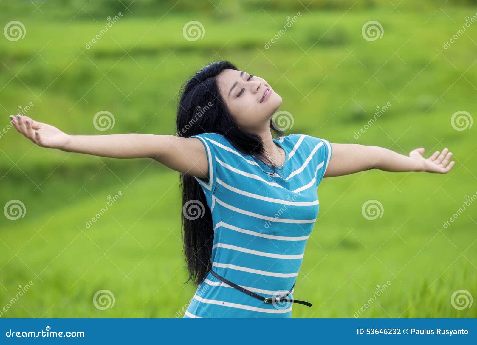 Hübsche Frau atmen Frischluft am Feld