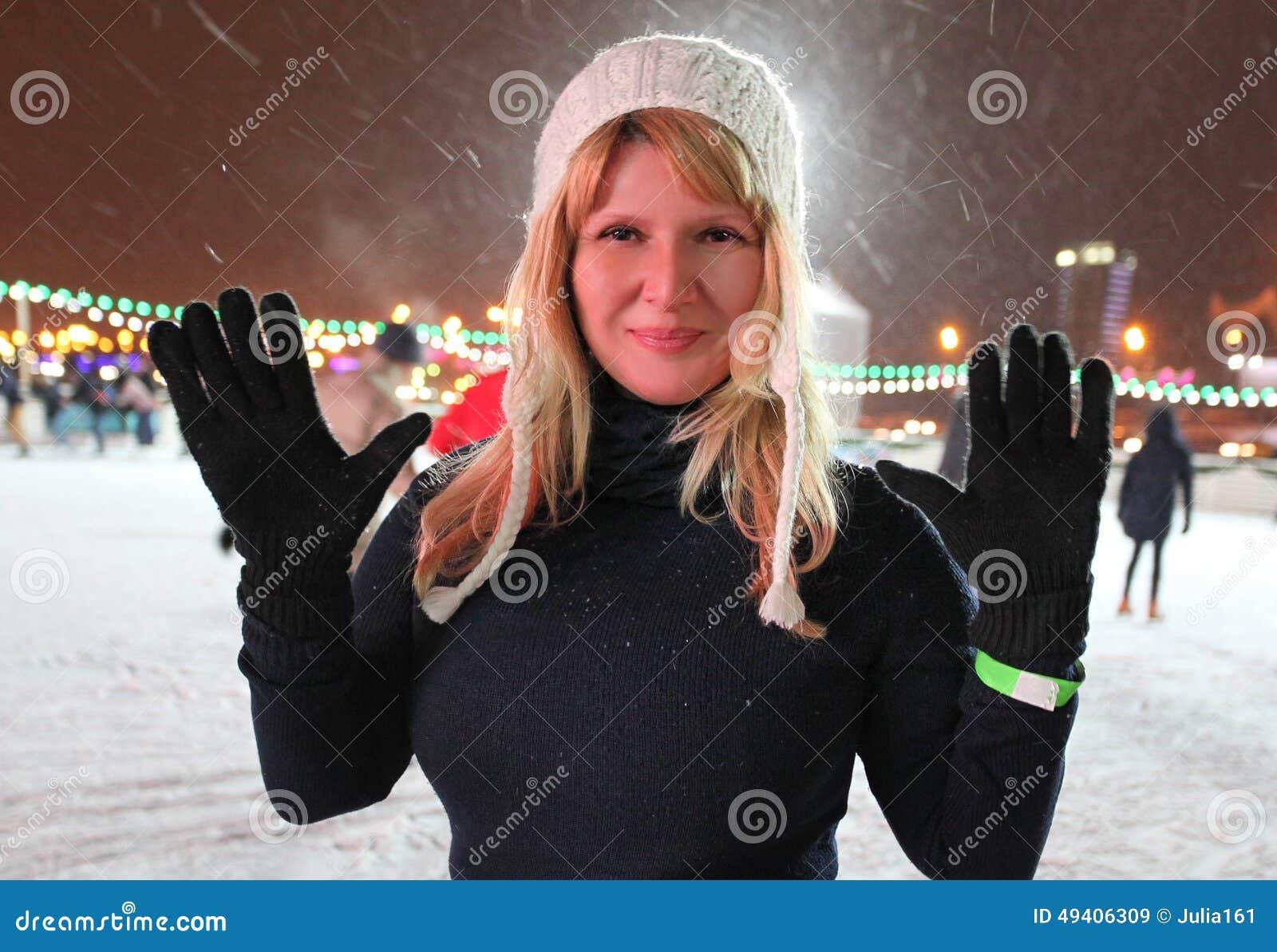 Download Hübsche Frau auf Eisbahn stockbild. Bild von eisbahn - 49406309