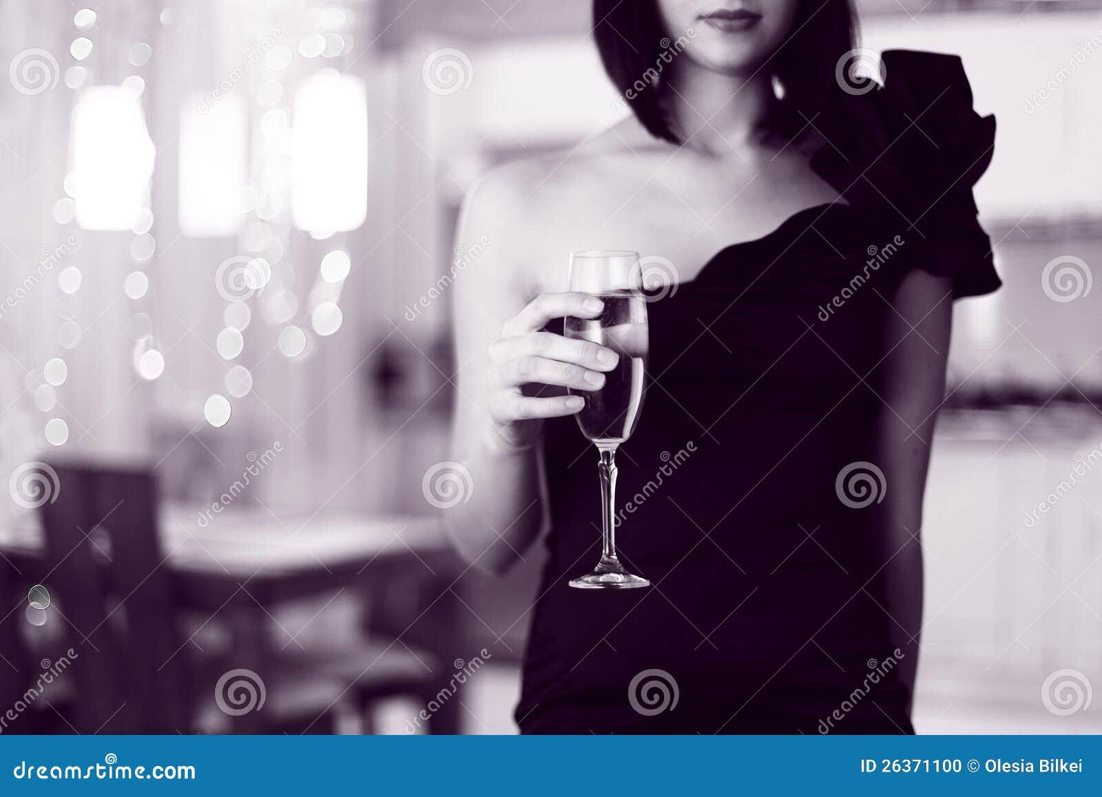 Hübsche Frau in den frohen Lappen, Glas des Getränks anhalten