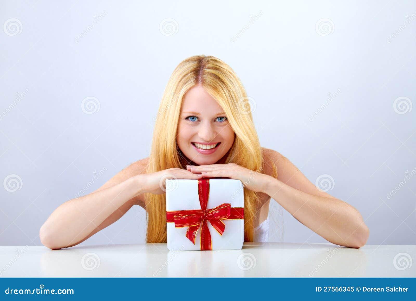 Hübsche Frau Mit Weihnachtsgeschenk Stockbild - Bild von glücklich ...