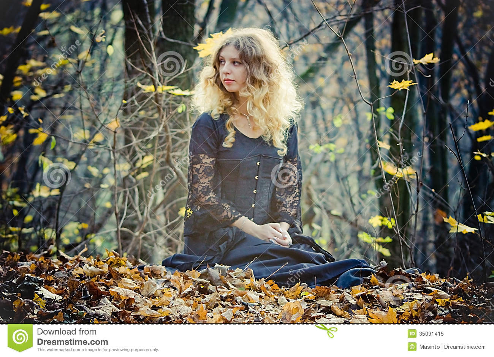 Hübsche Frau sitzt im feenhaften Holz