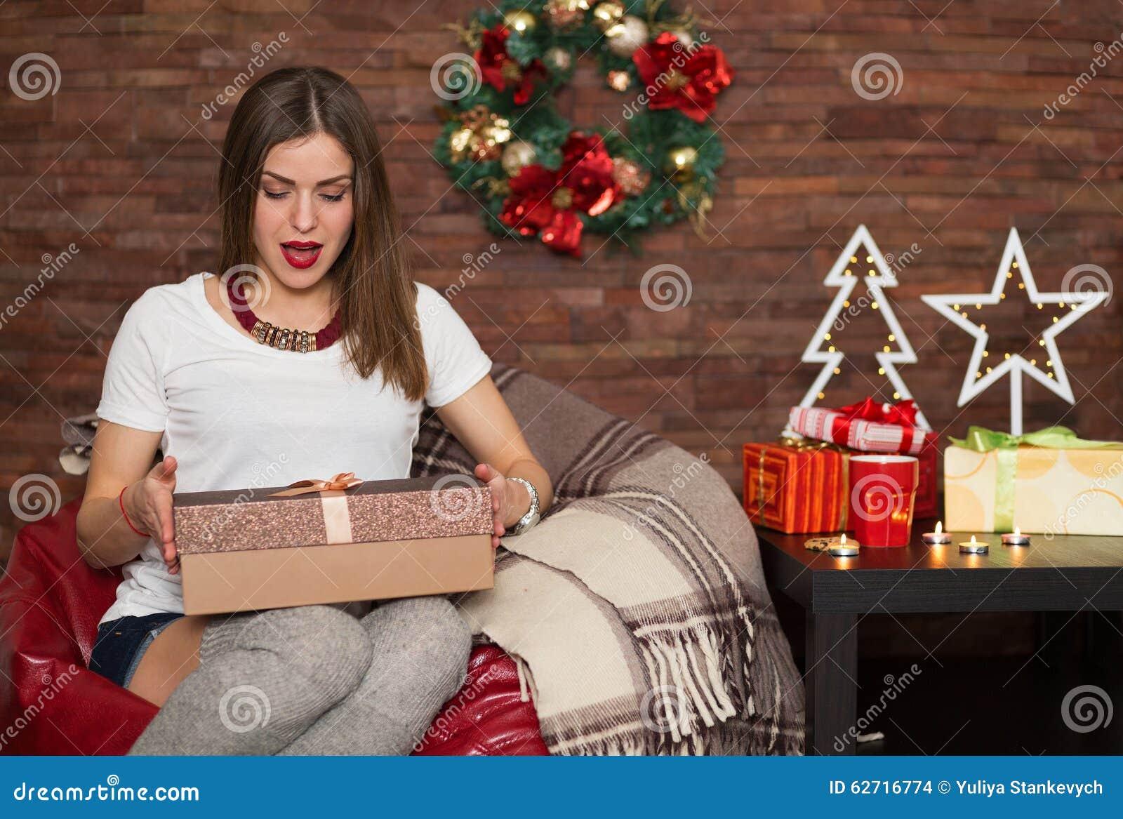 Hübsche Frauenöffnung Weihnachtsgeschenke Stockfoto - Bild von ...