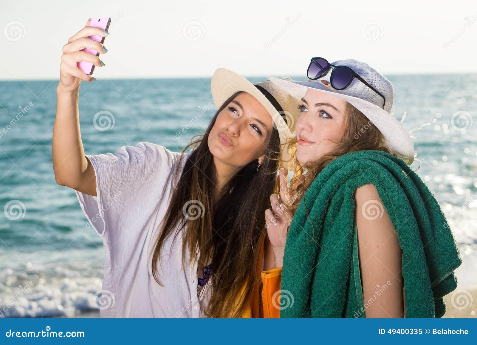 Download Hübsche Frauen Am Strand, Der Selfie Nimmt Stockbild - Bild von lächeln, mädchen: 49400335