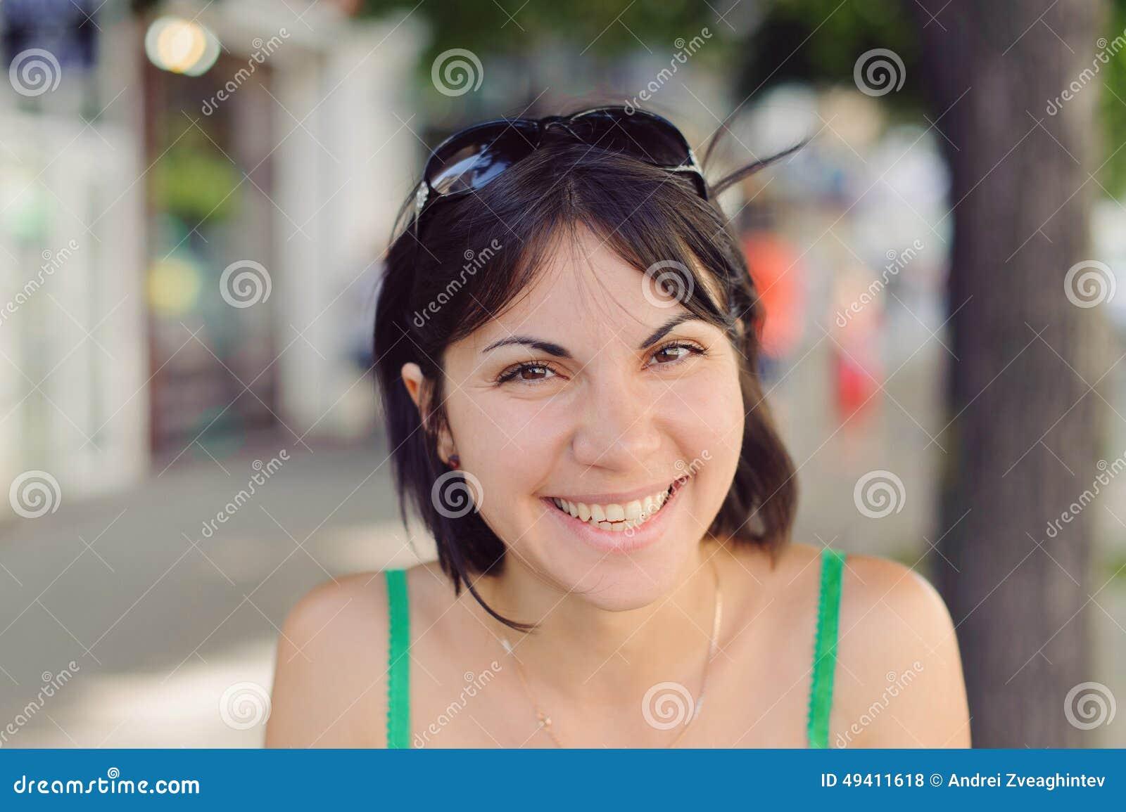 Download Hübsche lachende Frau stockfoto. Bild von portrait, attraktiv - 49411618