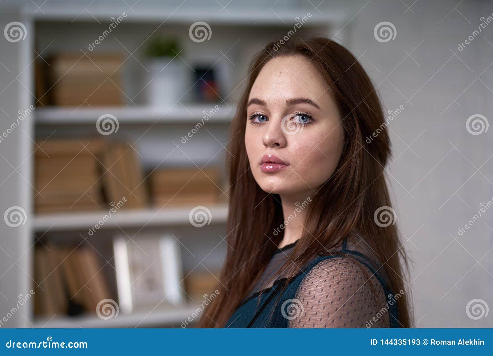 Hübsche Studentin Surrounded durch Bibliotheks-Bücher