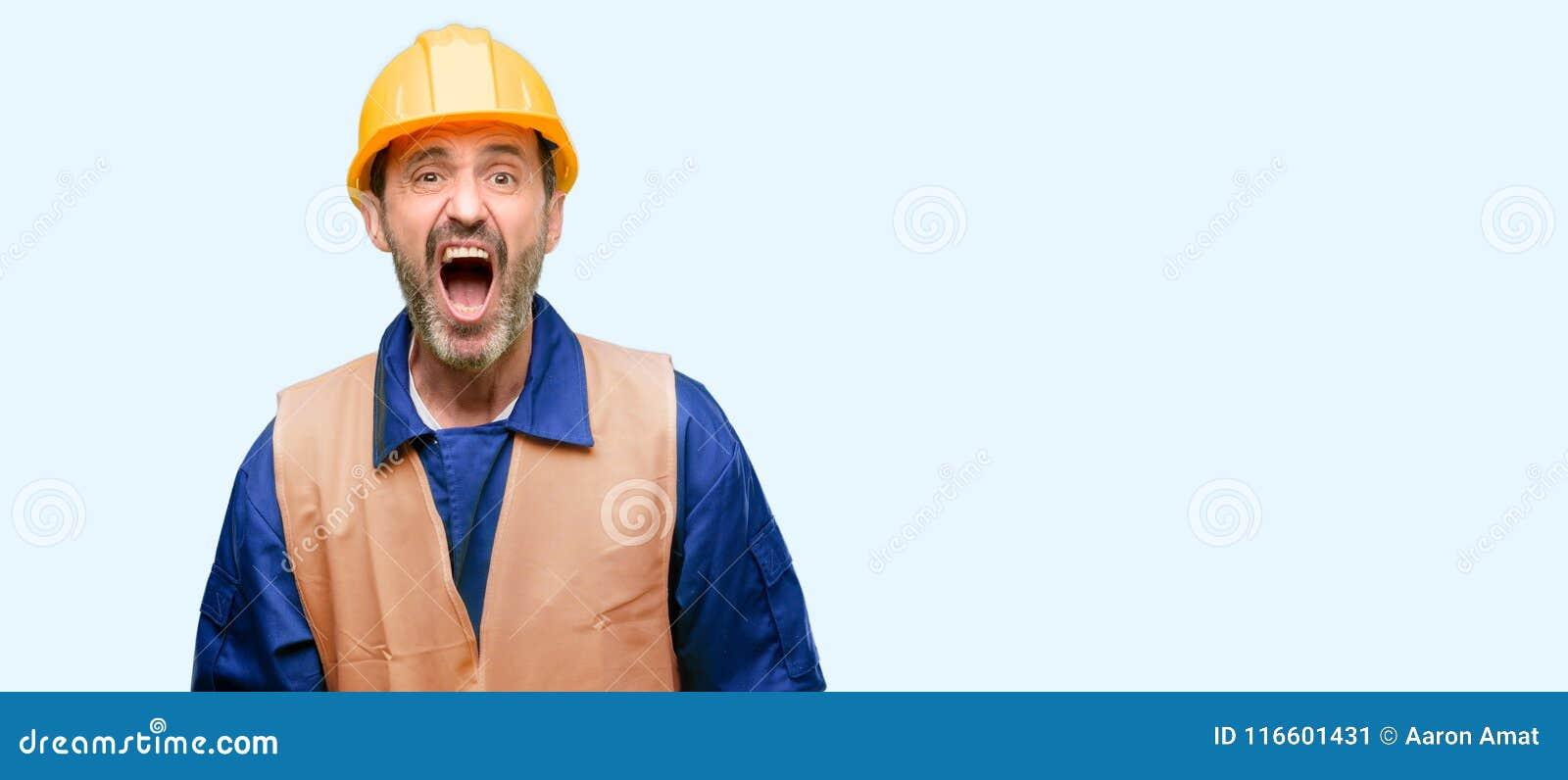 Hübscher älterer Mann lokalisiert über blauem Hintergrund