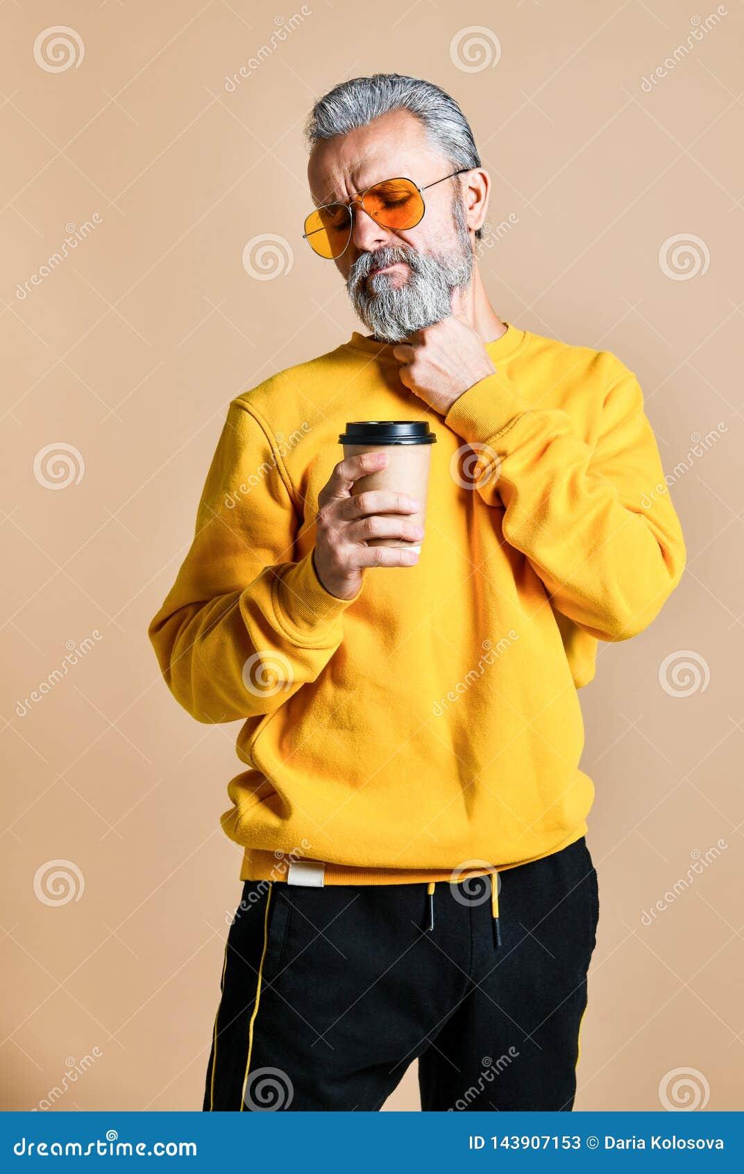 Hübscher bärtiger Mann mit Papierschale Morgenkaffee