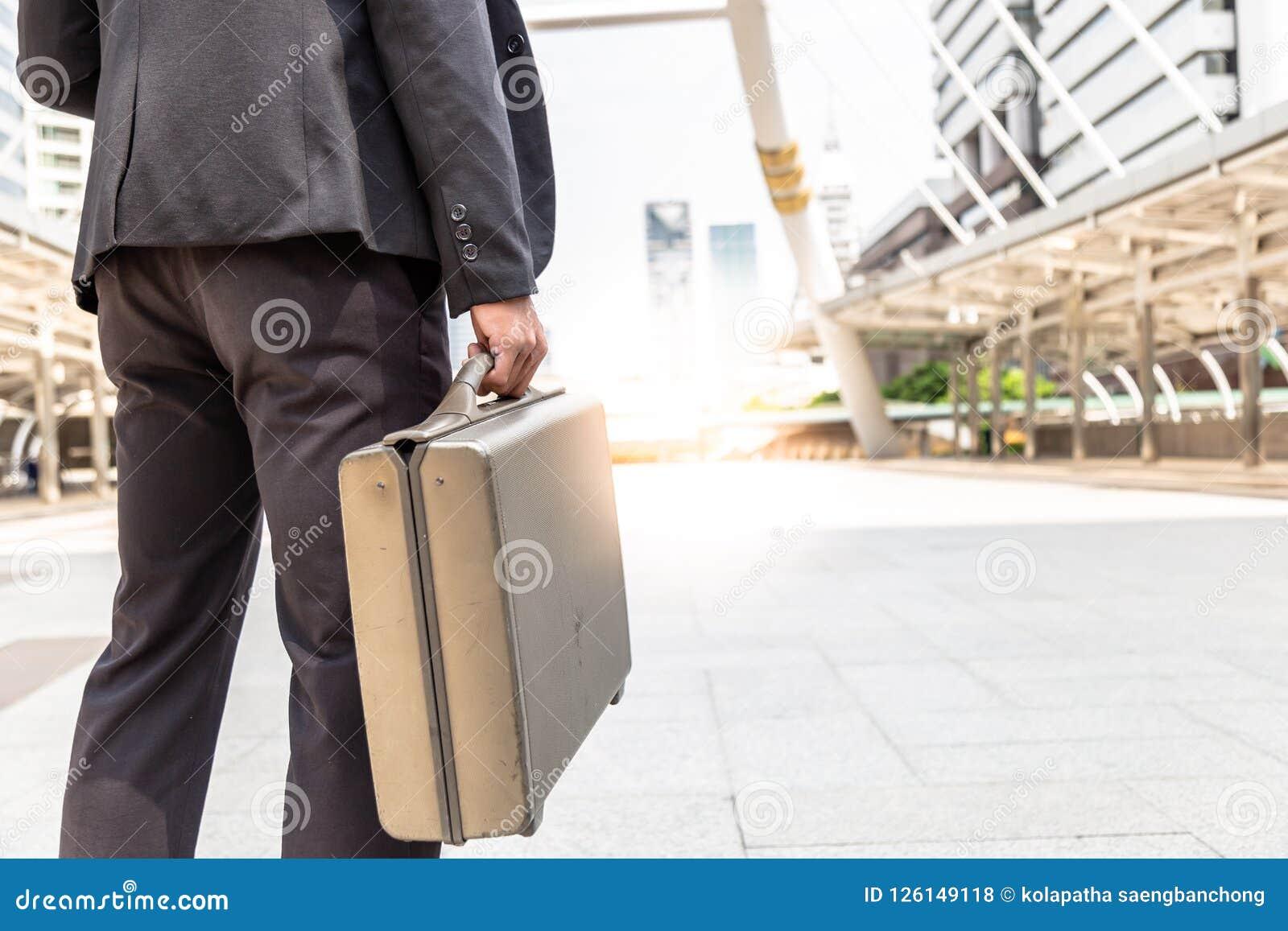 Hübscher Geschäftsmann geht auf die Straße an der Metropole mit