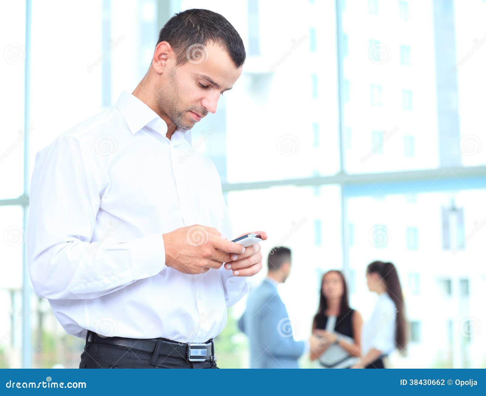 Hübscher Geschäftsmann unter Verwendung eines Smartphone