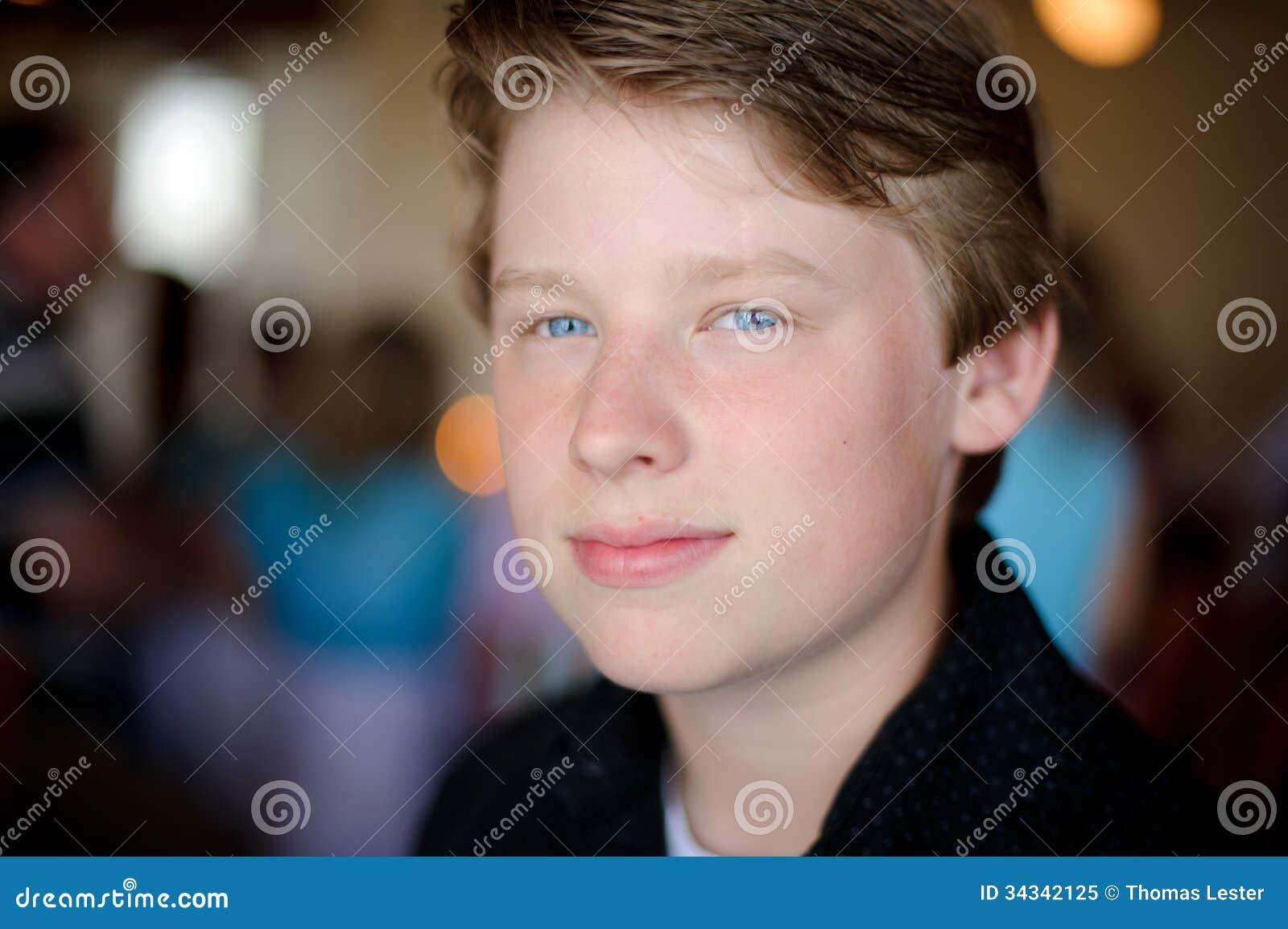 h bscher junge mit dem blonden haar und den blauen augen im gro en licht lizenzfreies stockfoto. Black Bedroom Furniture Sets. Home Design Ideas
