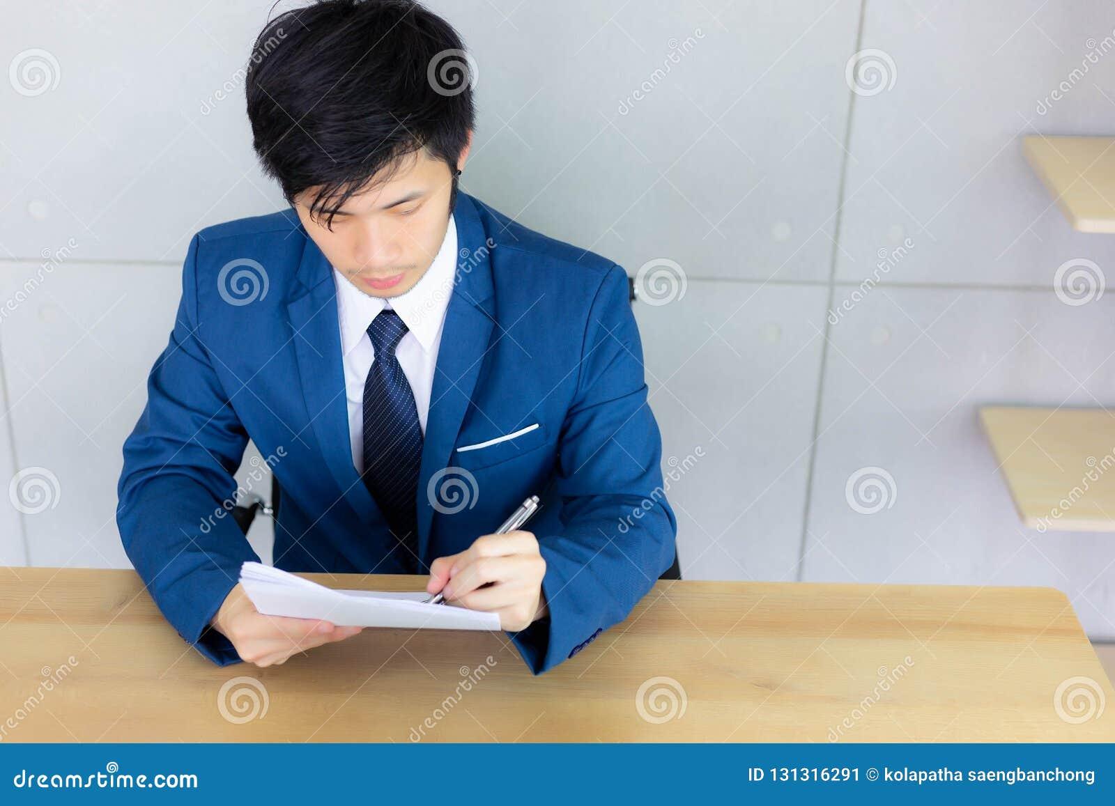 Hübscher junger Kerl ist, lesend schreibend und Zusammenfassung und dokumentiert f