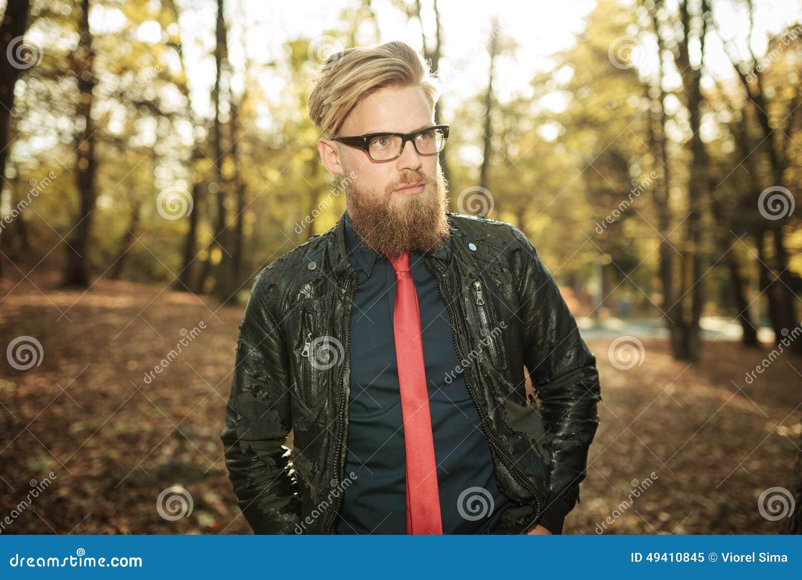 Download Hübscher Junger Zufälliger Mann, Der In Den Park Geht Stockbild - Bild von kalt, überzeugt: 49410845