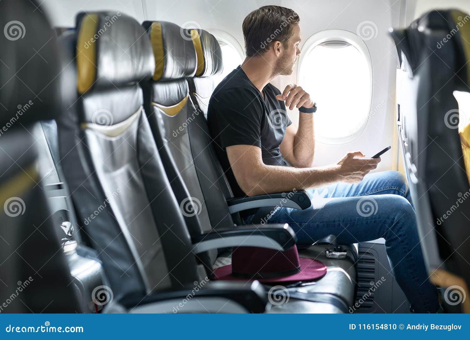 Hübscher Kerl im Flugzeug