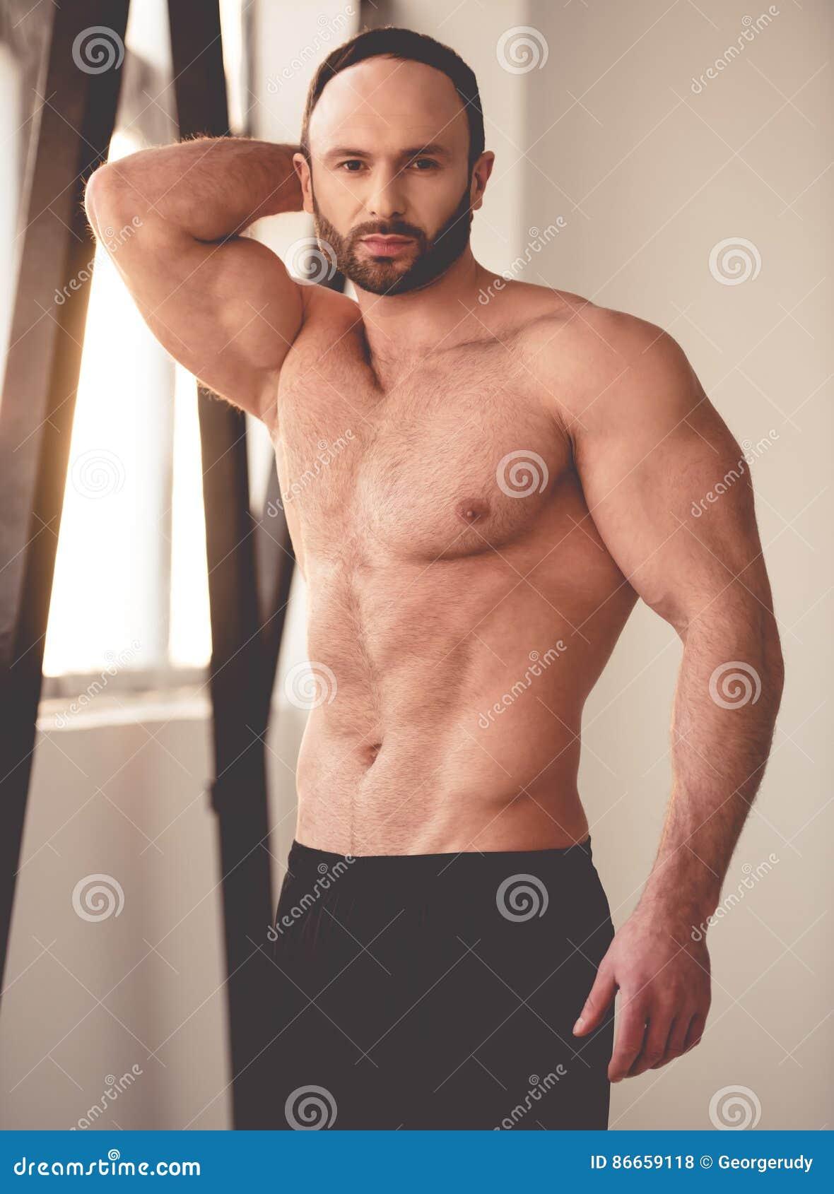 Hübscher Mann mit Muskeln stockfoto. Bild von mann